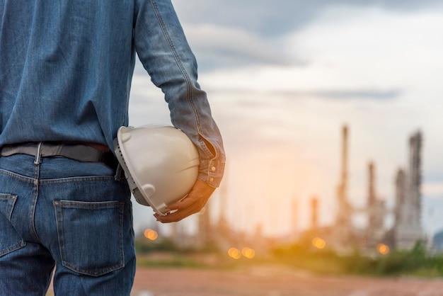 Ingegnere uomo mani elmetto protettivo bianco casco da lavoro elmetto per ingegneria edile civile