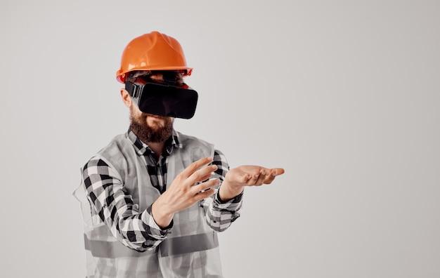 Ingegnere in un fondo isolato professionale di tecnologia del casco arancione