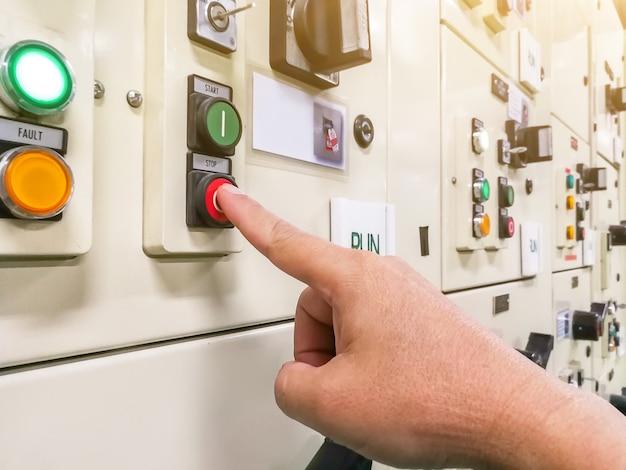 Pulsante dell'interruttore a pressione del tecnico del quadro elettrico