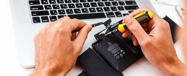 L'ingegnere ripara il laptop (pc, computer) e la scheda madre. installa l'apparecchiatura (cpu)