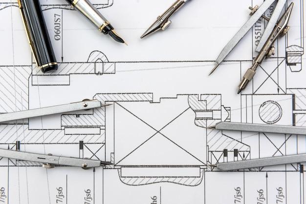 Disegno dell'ingegnere con diversi strumenti vista dall'alto