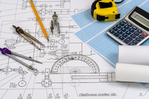Disegno dell'ingegnere con strumenti e calcolatrice da vicino