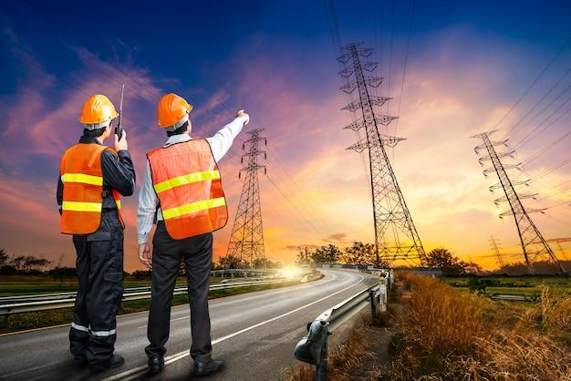 Indagine di sicurezza dell'ingegnere del pilone dell'elettricità all'ora dell'alba