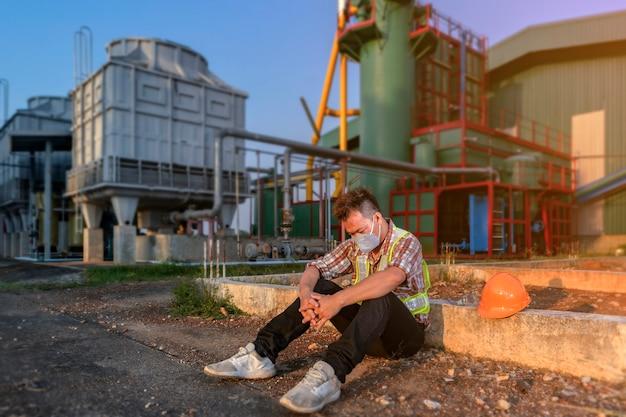 Un ingegnere seduto in difficoltà con guasti operativi che causano danni all'organizzazione