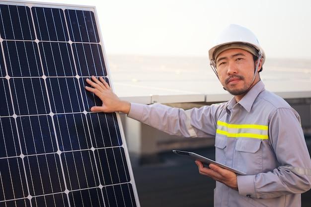 Ingegnere solare pannelli fotovoltaici stazione di controlli con tablet pc. concetto di tecnologia energetica