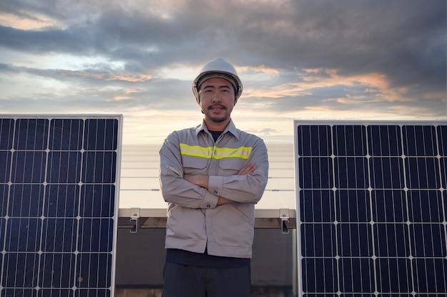 Ingegnere su un impianto solare. energia verde. elettricità. pannelli di potenza.