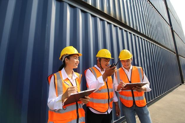 Ingegnere o supervisore che controlla e controlla la scatola dei container di carico dal carico al porto.