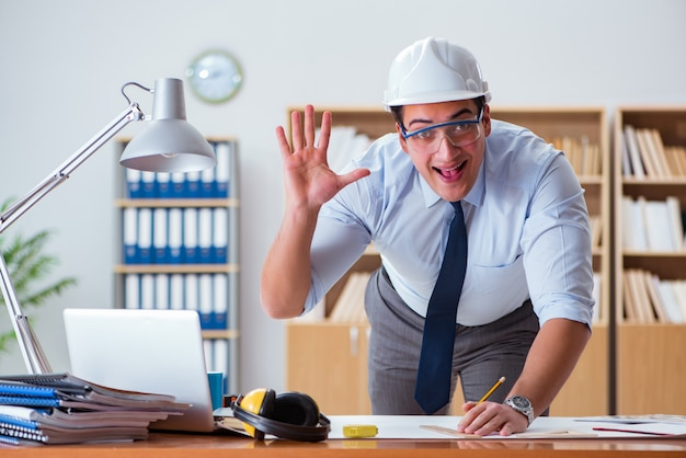 Ingegnere supervisore che lavora su disegni in ufficio