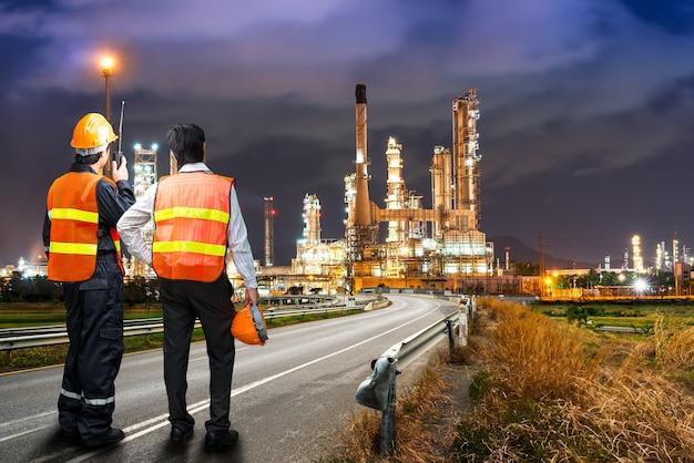 Il team di ingegneri in uniforme è un'indagine sulla sicurezza dell'industria della raffinazione del petrolio