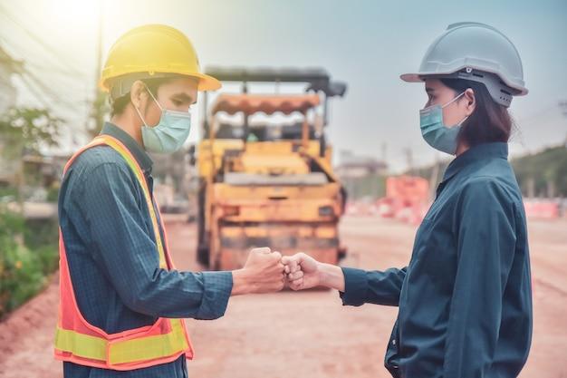 Il lavoro di squadra dell'ingegnere stringe la mano sulla costruzione del sito