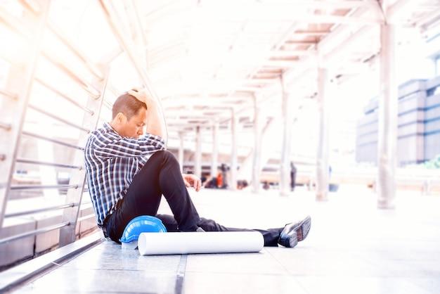 Ingegnere provato e messo sotto pressione. salute mentale, disturbo da stress post-traumatico e prevenzione del suicidio