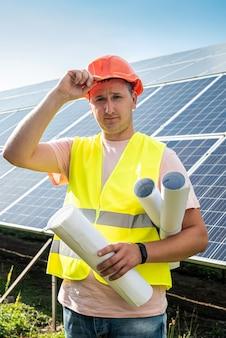 Ingegnere nel funzionamento uniforme della centrale solare. concetto di sviluppo della stazione solare