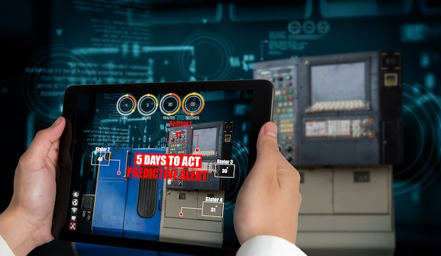 L'ingegnere utilizza il software di realtà aumentata nella linea di produzione della fabbrica intelligente