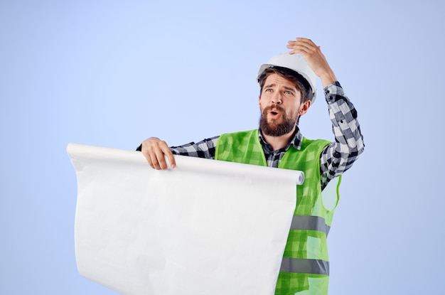 L'ingegnere in un casco bianco progetta uno sfondo isolato professionale