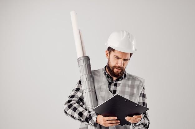 L'ingegnere in un casco bianco progetta l'industria dello studio professionale