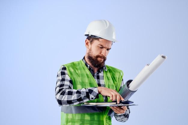 Ingegnere con documenti e disegni cianografie sfondo blu. foto di alta qualità