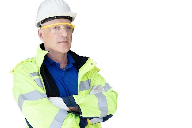 Il caposquadra dell'operaio dell'ingegnere in braccio diritto della maglia riflettente ha attraversato il professionista sembrante isolato