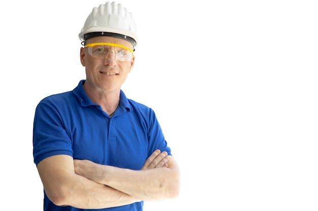 Ingegnere lavoratore caposquadra in piedi braccio incrociato isolato