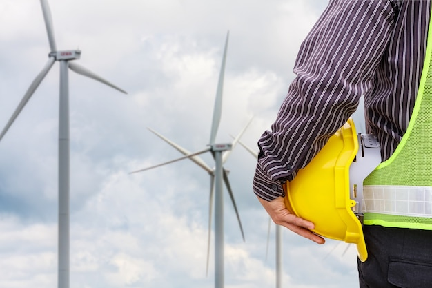 Operaio di ingegnere al cantiere della centrale elettrica della turbina eolica