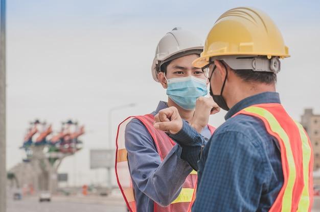 Operaio dell'ingegnere che lavora alla costruzione del sito
