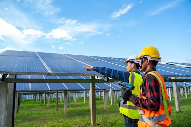 Ingegnere che lavora sul controllo delle apparecchiature nella centrale solare, centrale solare per l'innovazione dell'energia verde per la vita.