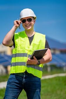 Ingegnere che lavora per controllare lo stato di avanzamento della costruzione con il progetto in cantiere.