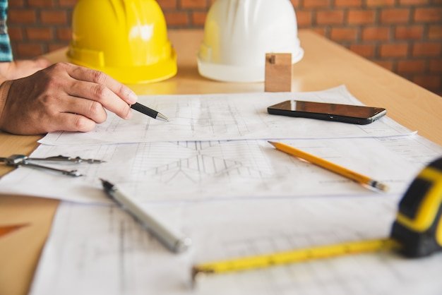 Ingegnere che lavora in ufficio con progetti, ispezione sul posto di lavoro per piano architettonico, progetto di costruzione, costruzione di affari.