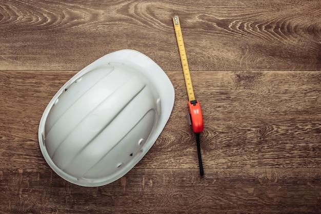 Ingegneria e attrezzature per l'edilizia sul pavimento. casco da costruzione, calcolatrice, righello. vista dall'alto