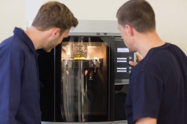 Studenti di ingegneria con stampante 3d
