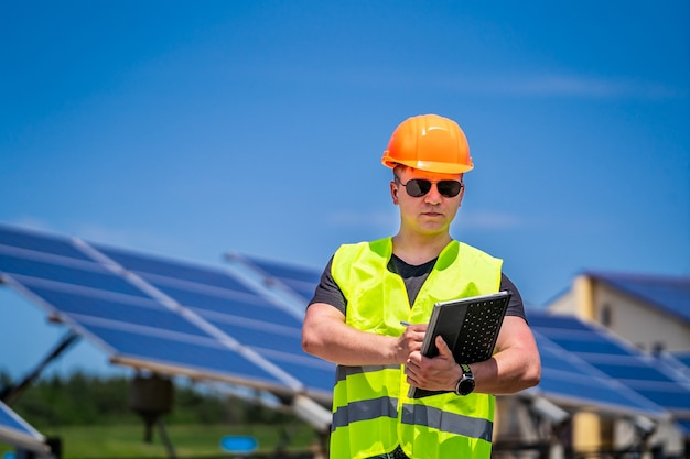 L'ingegnere tecnico esegue indagini in loco presso la nuova base energetica.