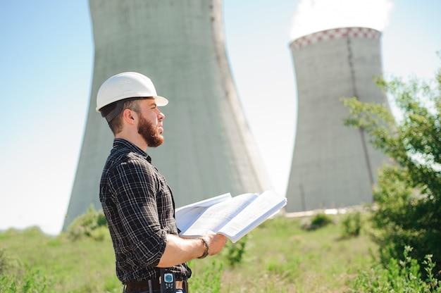 Lavori di ingegneria presso la centrale elettrica, controllare le informazioni su carta.
