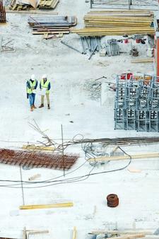Ingegneri che discutono i metodi di costruzione