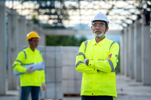 Discussione degli ingegneri con l'architetto sui dettagli della costruzione in cantiere.