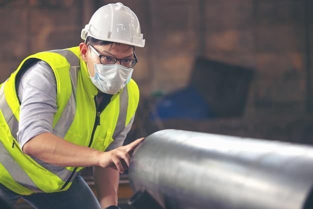 Gli ingegneri esaminano il nuovo tubo rivestito in fabbrica