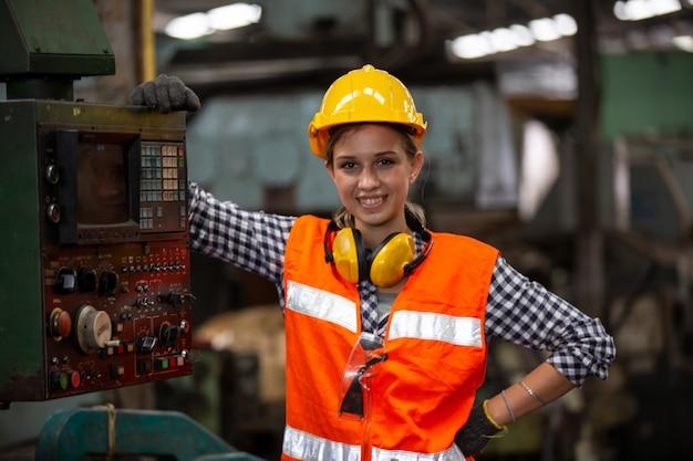 Ingegneri che gestiscono una macchina cnc in fabbrica