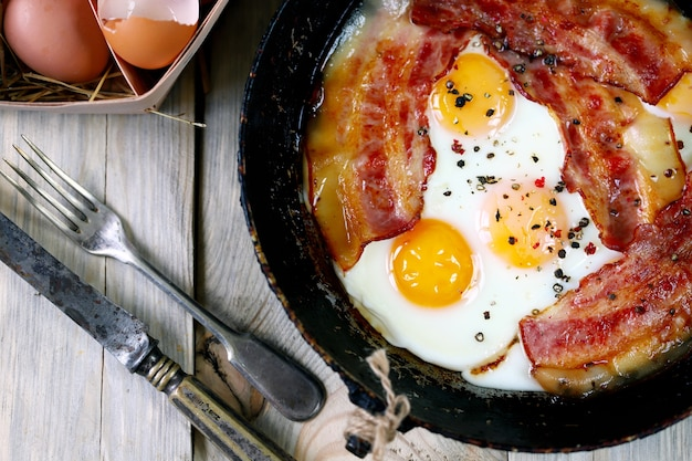 Colazione inglese. uova con pancetta.