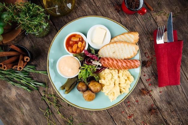 Colazione inglese uova strapazzate toast salsiccia