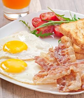 Colazione inglese - toast, uova, pancetta e verdure