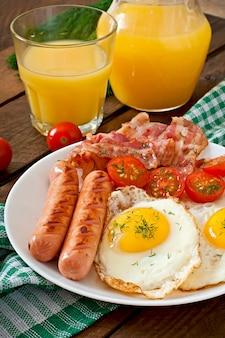 Colazione inglese con toast, uova, pancetta e verdure in stile rustico sul tavolo di legno