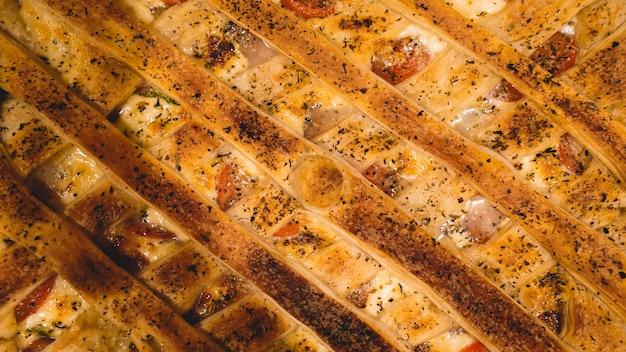 Torta di pollo all'inglese. primo piano di torta di pollo fatta in casa sul tavolo. vista orizzontale dall'alto