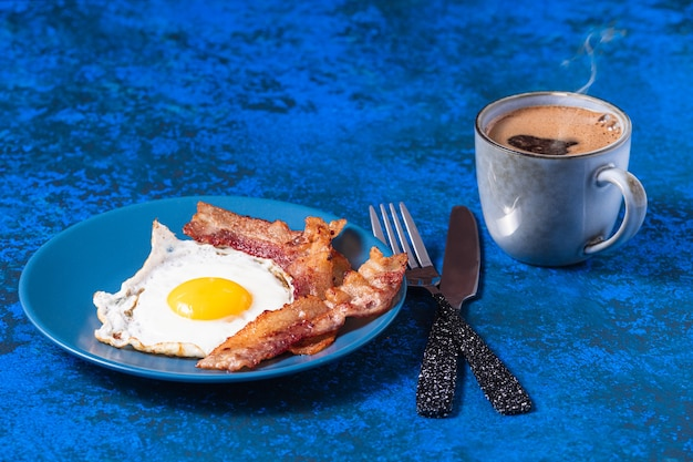 Uova fritte inglesi con pancetta e caffè.