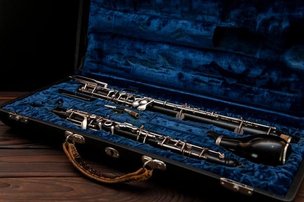Corno inglese o oboe in una custodia su una superficie di legno