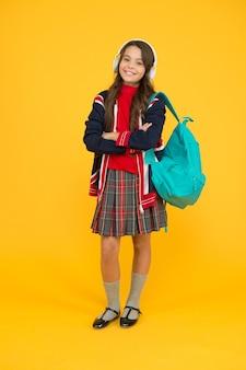 Zaino per bambini inglese la bambina indossa l'uniforme scolastica primaria secondaria e superiore