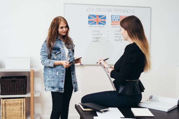 Scuola di lingua inglese. lezione, insegnante e studente a parlare.