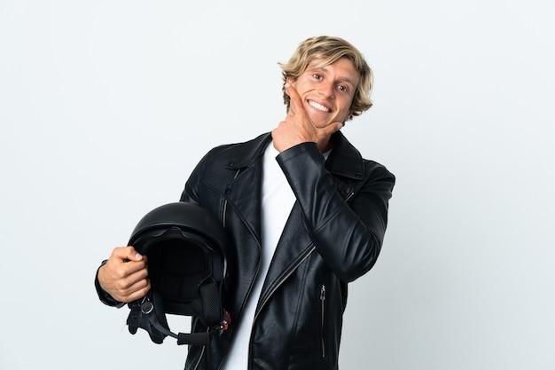 Uomo inglese che tiene un casco da motociclista felice e sorridente