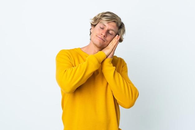 L'uomo inglese ha isolato il fondo bianco che fa gesto di sonno nell'espressione dorable