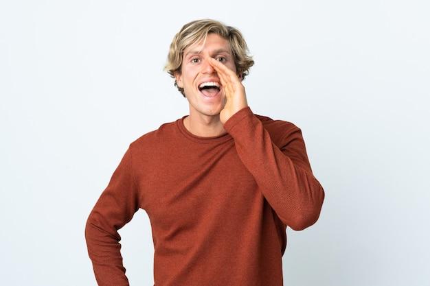 Uomo inglese su sfondo bianco isolato che grida con la bocca spalancata