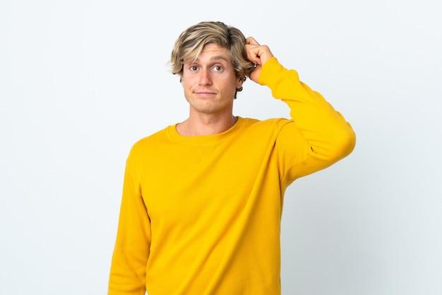 Uomo inglese su sfondo bianco isolato con un'espressione di frustrazione e non comprensione