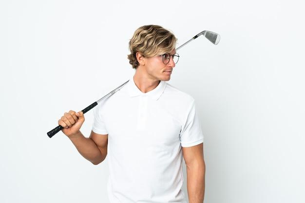 Uomo inglese che gioca a golf che guarda al lato