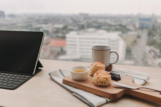 Focaccine in stile inglese e caffè per la pausa di lavoro